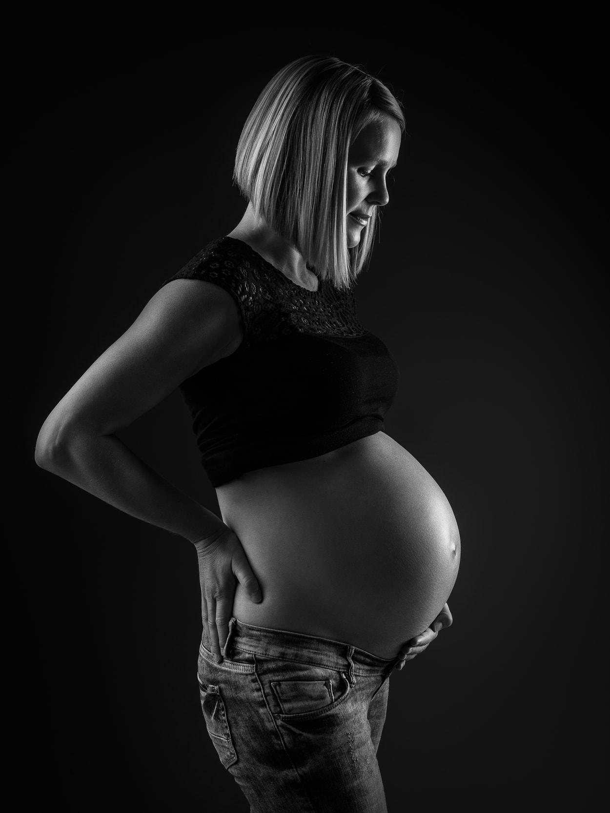 Zwangerschapsfotoshoot in studio arnhem dikke buik fotografie 012